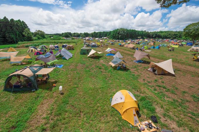 牧草地が広がるキャンプ場「一番星ヴィレッジ」のテント