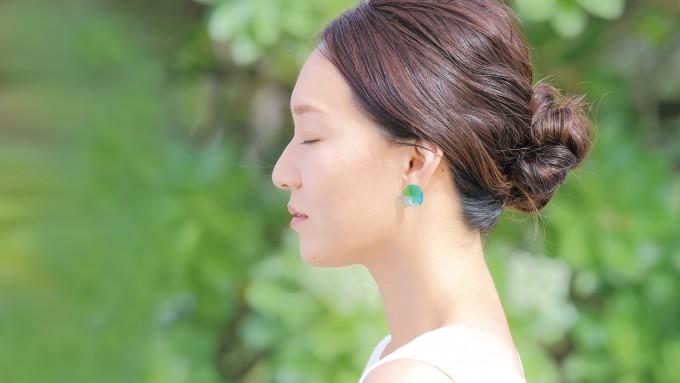 琉球ガラスアクセサリー「Ryu Kyu Iro」を身につけた女性