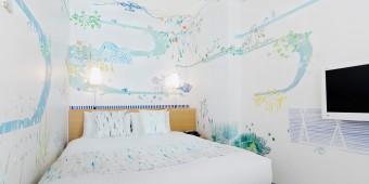 ベッドで横になってアートを一室独り占めできる贅沢。「Artist in Hotel」