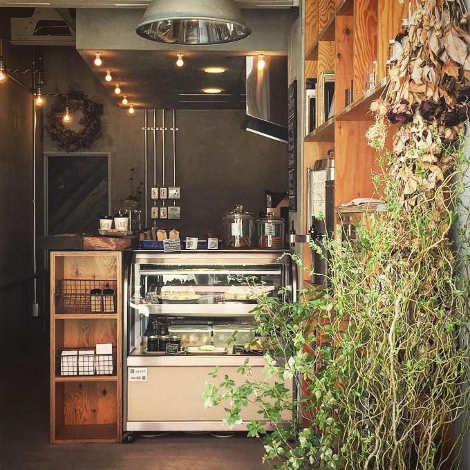 鎌倉駅西口のコーヒーロースター「THE GOOD GOODIES」のショーケースの見える店内の写真