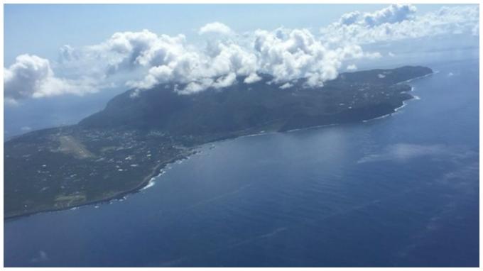 上空からみた八丈島の様子