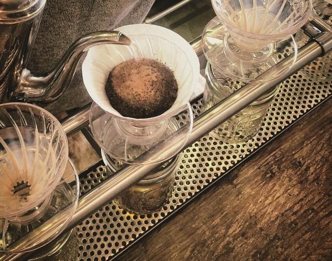 紙のフィルターに入れたコーヒーをハンドドリップで淹れている写真