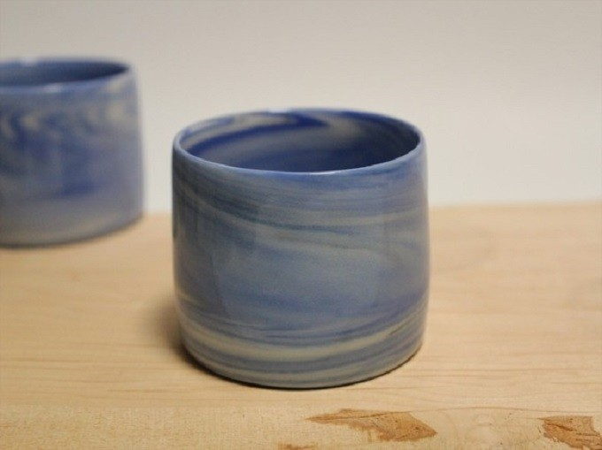 紺色をベースとしたマーブル模様の器