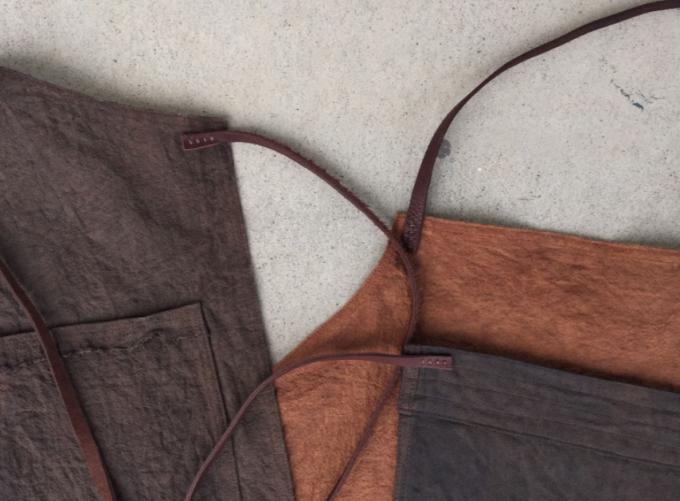 柿渋染めを施した布で作られた「ひなたにて」のプロダクトたち