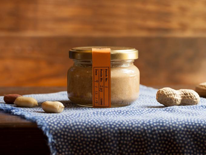 「杉山ナッツ」のピーナッツバターと、原料のナッツたち