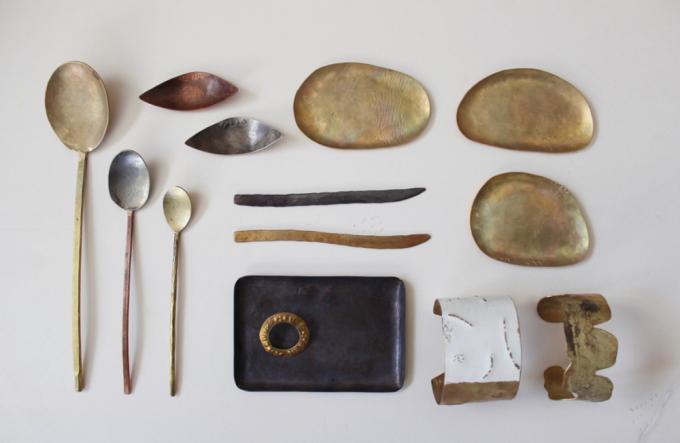 田中友紀さんの金工のアクセサリーや、スプーン、箸置きなど