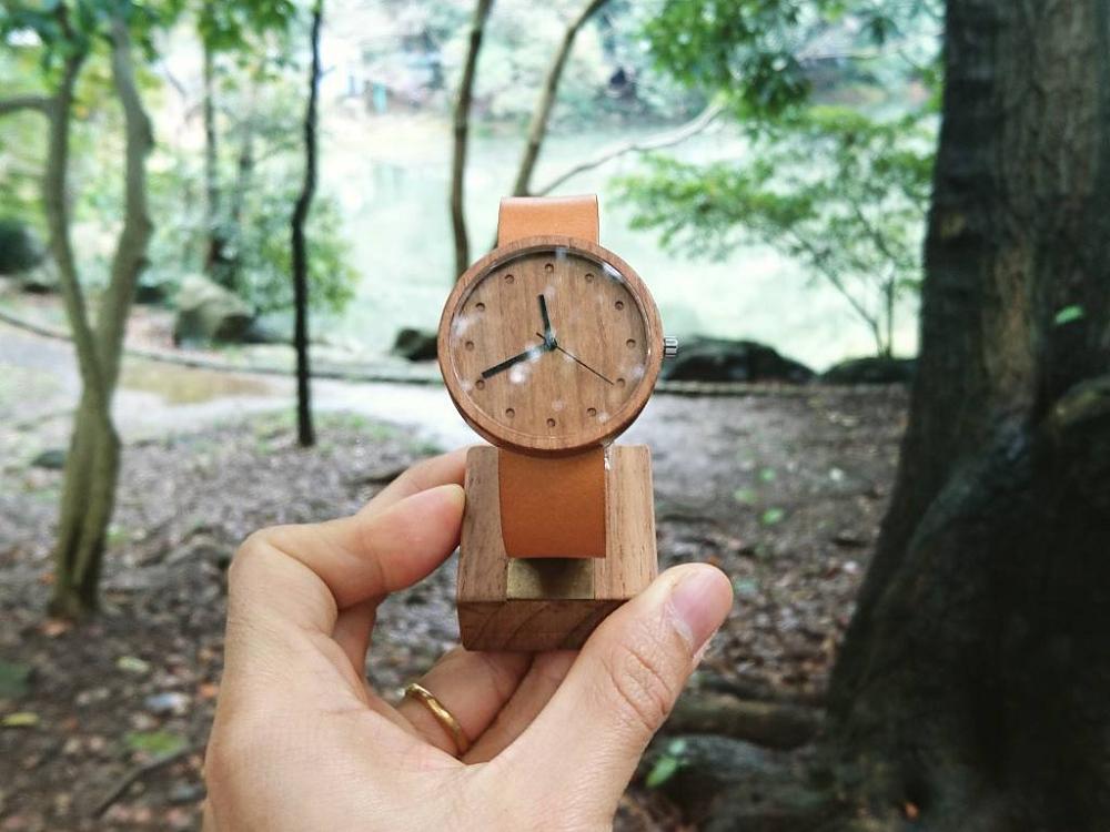 自然素材のシンプルな美しさ時計盤に木を使ったnakari Watch