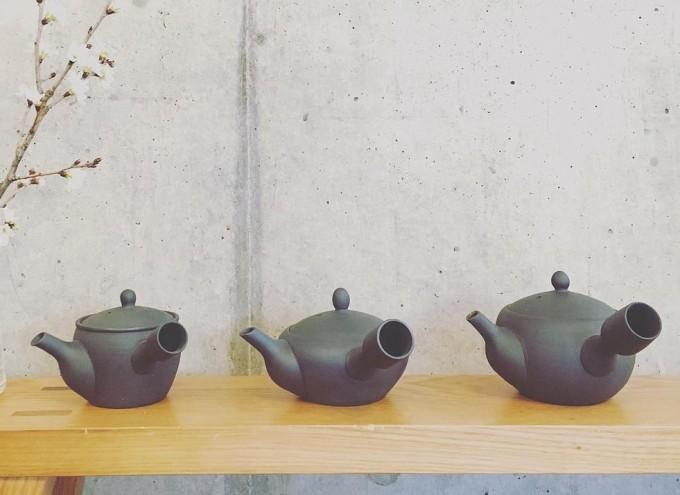 「茶屋 すずわ」が展開している黒くすべの丸い急須3種類