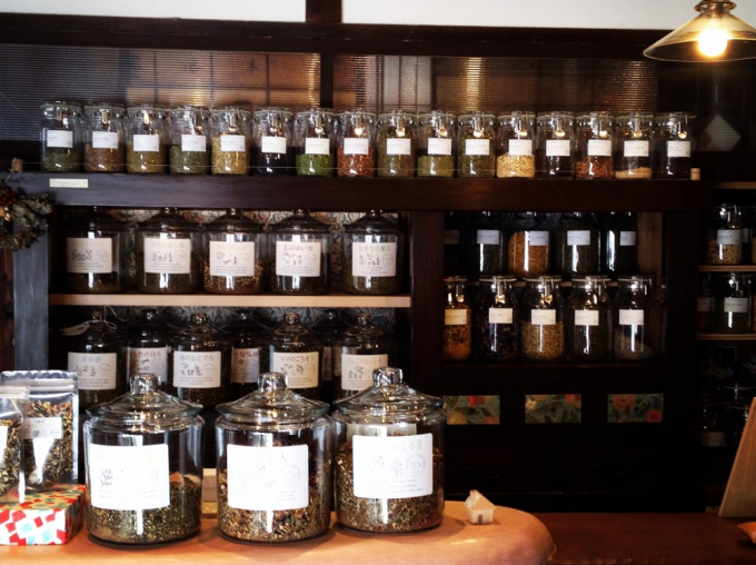ブレンドハーブが並ぶ「京都西陣 たま茶」の店頭