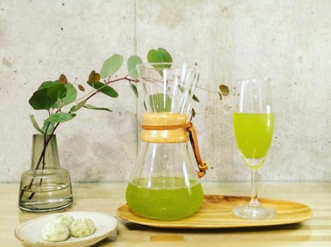 「茶屋 すずわ」の冷茶がケメックスのコーヒーメーカーとシャンパングラスに入っている写真