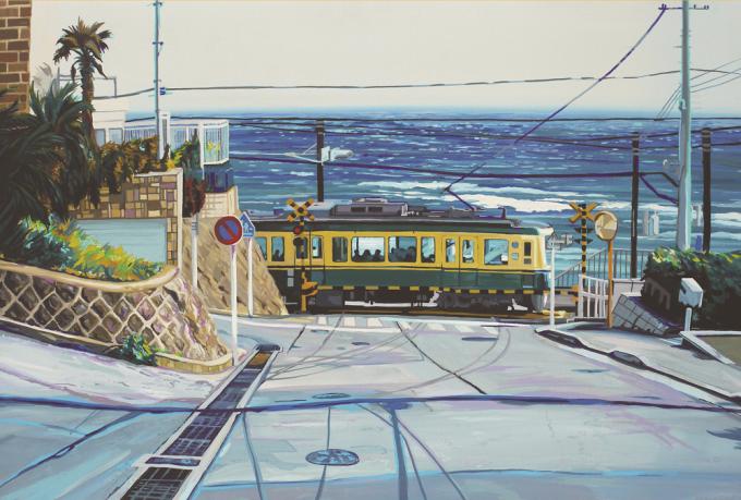 鎌倉高校前の踏切を江ノ電が通過している風景画