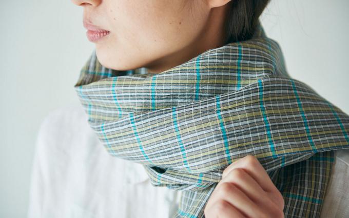 滋賀県近江で織られた「PINT」オリジナルのリネンコットンストールを巻いた女性