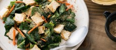簡単レシピ!身体の中からキレイに。肉厚ケールと厚揚げの和風ジンジャーサラダ