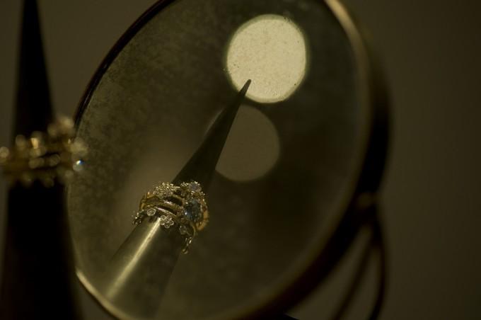ジュエリーブランド「AbHeri(アベリ)」のリングが鏡の前にたくさん飾られている写真