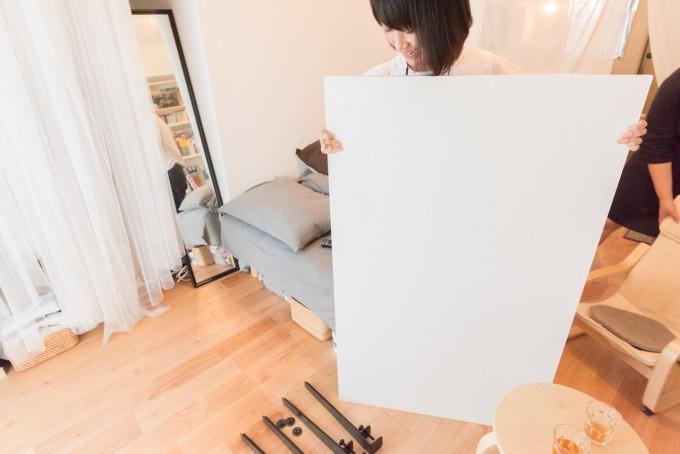 6畳ワンルームを広く使うコツ。来客時の大きなテーブルは組み立て式を利用。