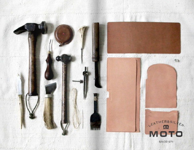 「LEATHER ARTS & CRAFTS MOTO」の革の生地と道具