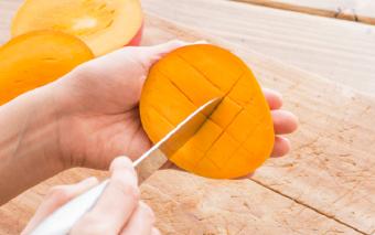 アップルマンゴーに格子状の切り目を入れているところ