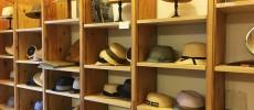 千駄木にある帽子専門店「C.A.G.(セーアージー)」の棚に並ぶたくさんの帽子