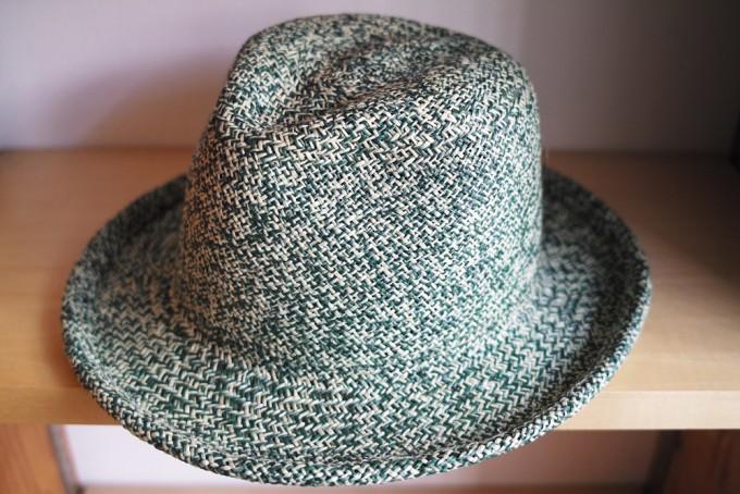 千駄木にある帽子専門店「C.A.G.(セーアージー)」の緑と白の繊維の帽子