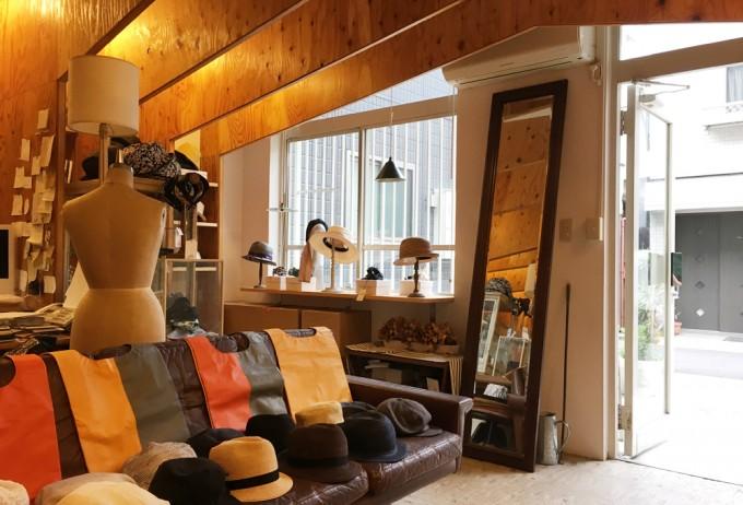 千駄木にある帽子専門店「C.A.G.(セーアージー)」のソファや鏡が置かれた店内