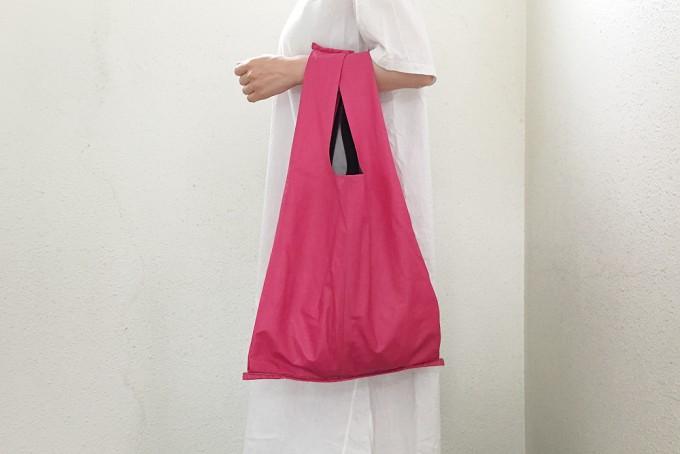 千駄木にある帽子専門店「C.A.G.(セーアージー)」の革でできたピンクのバッグ