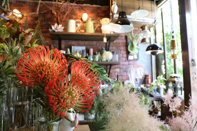 「anima garage(アニマ ガレージ)」の生花や花瓶たち
