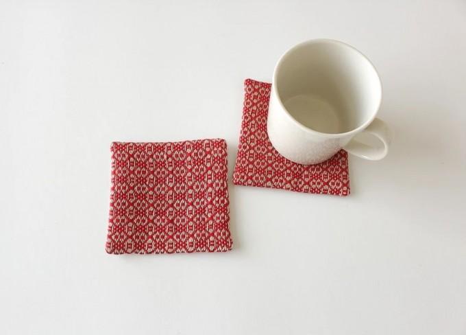 「Rocca(ろっか)」の赤い模様の手織りコースター