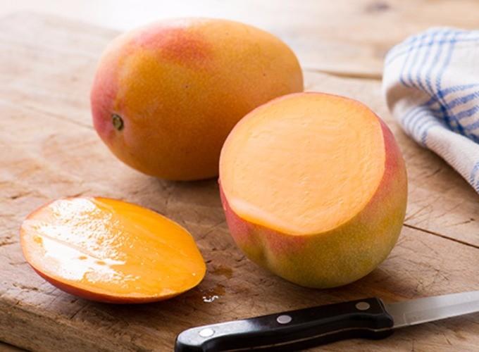 少しだけカットされたアップルマンゴーの写真