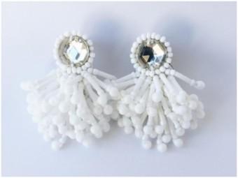 爽やかな夏の装いにあわせたい、白を基調とした繊細な刺繍やビーズでできた「ai」のイヤーアクセサリー