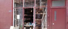 田原町の書店「Readin'Writin'」の赤茶色のおしゃれな外観