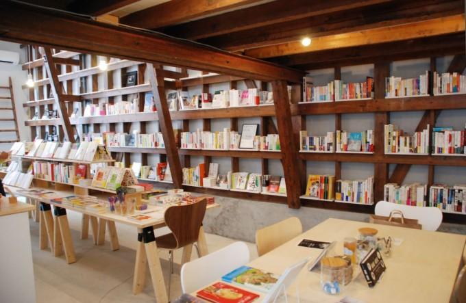 田原町の書店「Readin'Writin'」の店内に本がたくさん並んでいる