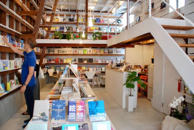 田原町の書店「Readin'Writin'」の店内を入り口から見た全景