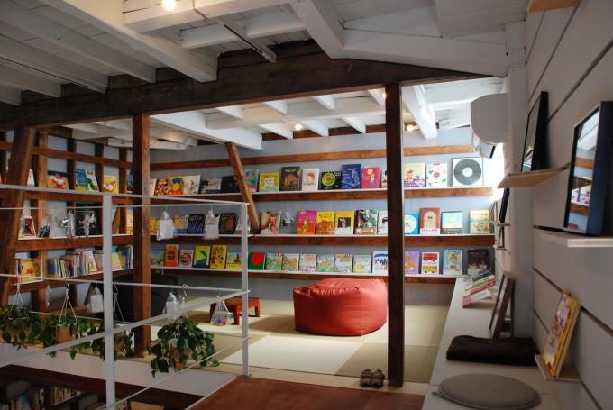 田原町の書店「Readin'Writin'」の畳敷の中二階に絵本が並んでいる