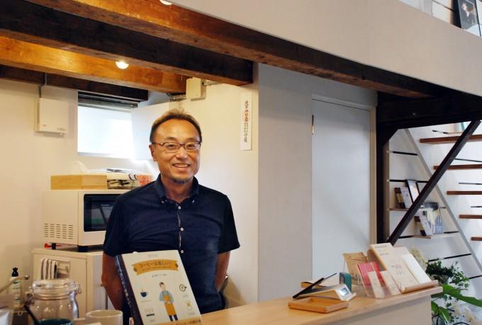 田原町の書店「Readin'Writin'」の店主で元新聞記者の男性の落合博さん