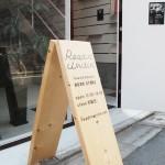 田原町の書店「Readin'Writin'」の入り口にある木の看板