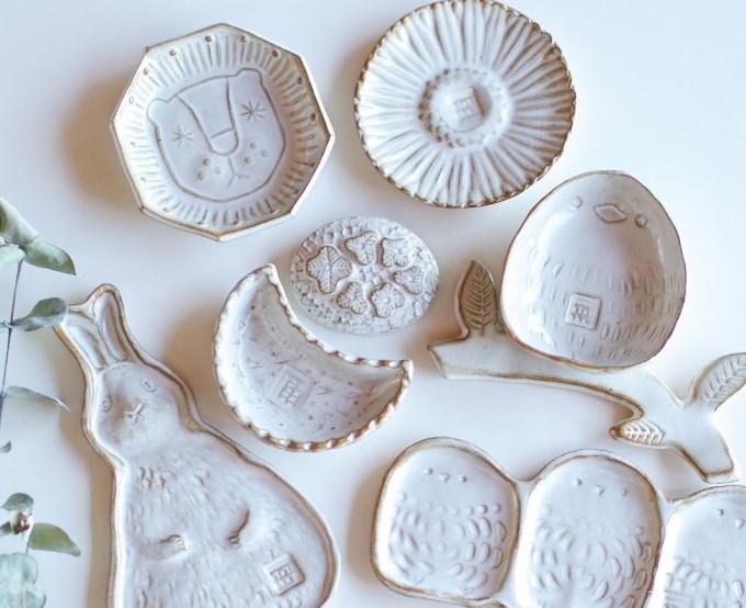 うさぎや鳥などの形をした「キエリ舎」の白い陶器のお皿
