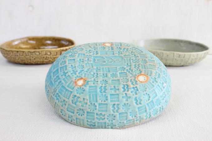 陶芸作家「YUKIKONAGAHAMA」の鳥の模様があるブルーの器