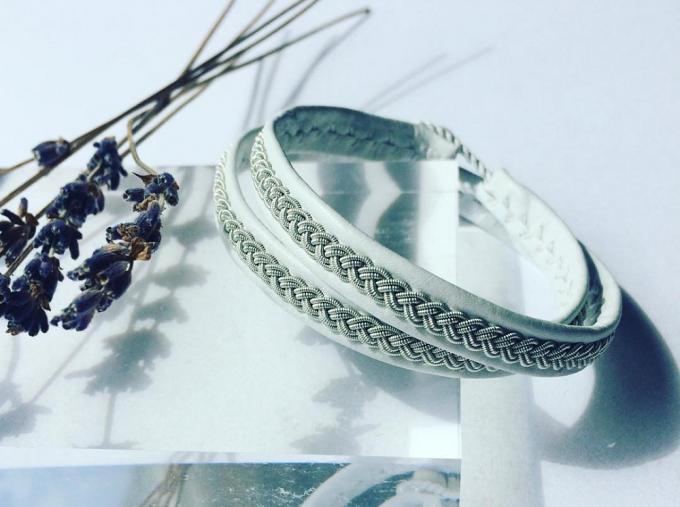 アクセサリーブランド「YOHEI NOGUCHI」のトナカイの革と錫糸でできた白いブレスレット
