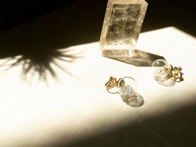 COSMOS NOSTALGIEのgラスドームに天然石を閉じ込めたイヤリング