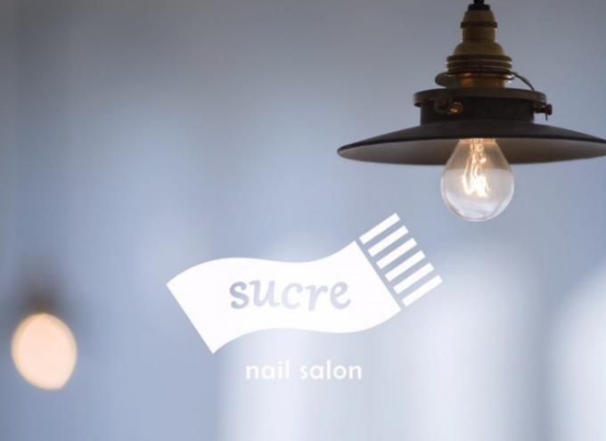 ネイルサロン「Sucre」のロゴとランプ