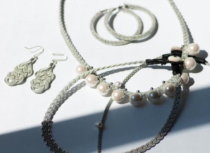 アクセサリーブランド「YOHEI NOGUCHI」のパールと錫糸でできたピアスやネックレス