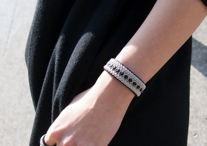アクセサリーブランド「YOHEI NOGUCHI」のトナカイの革と錫糸でできた黒いブレスレット