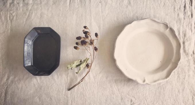 陶芸作家「YUKIKONAGAHAMA」のブラックやホワイトの陶器のお皿