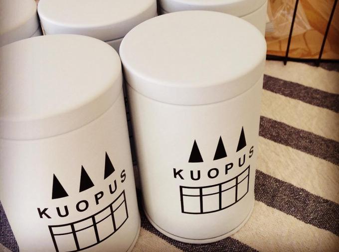 埼玉にある緑茶ショップ「kuopus」の白い密閉性抜群のオリジナル茶缶