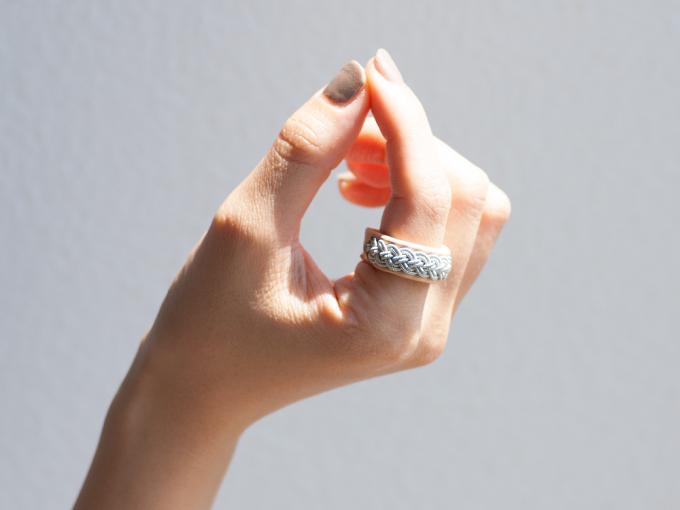 アクセサリーブランド「YOHEI NOGUCHI」のトナカイの革と錫糸でできたリング
