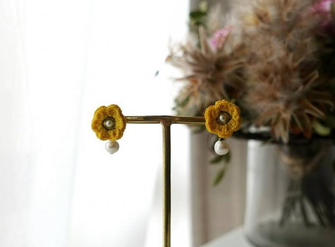 「ギャラリーロッタ」の黄色の花のかぎ針編みピアス