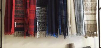 着こなしに彩りと暖かさを加える、上質な『ストール』