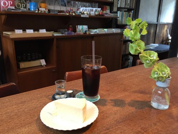 奈良町にあるカフェ「カナカナ」の店内
