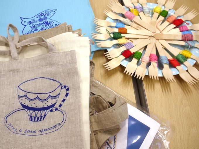 カラフルな刺繍糸と布バッグに描かれた刺繍の図案