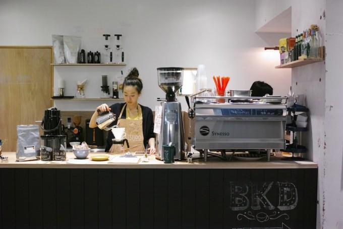街のシェアスペース「BUKATSUDO」の施設中央にあるコーヒースタンド